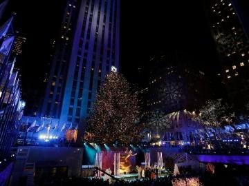 Vista del árbol de Navidad instalado en el Centro Rockefeller en Nueva York