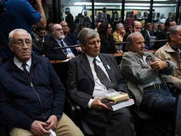 Los exmilitares Jorge Eduardo Acosta y Alfredo Astiz asisten a la lectura del veredicto