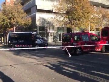 Un muerto por una explosión en un coche dentro de un aparcamiento en Viladecans