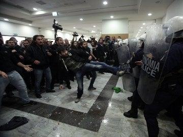 Manifestantes se enfrentan a la policía mientras tratan de evitar una subasta hipotecaria