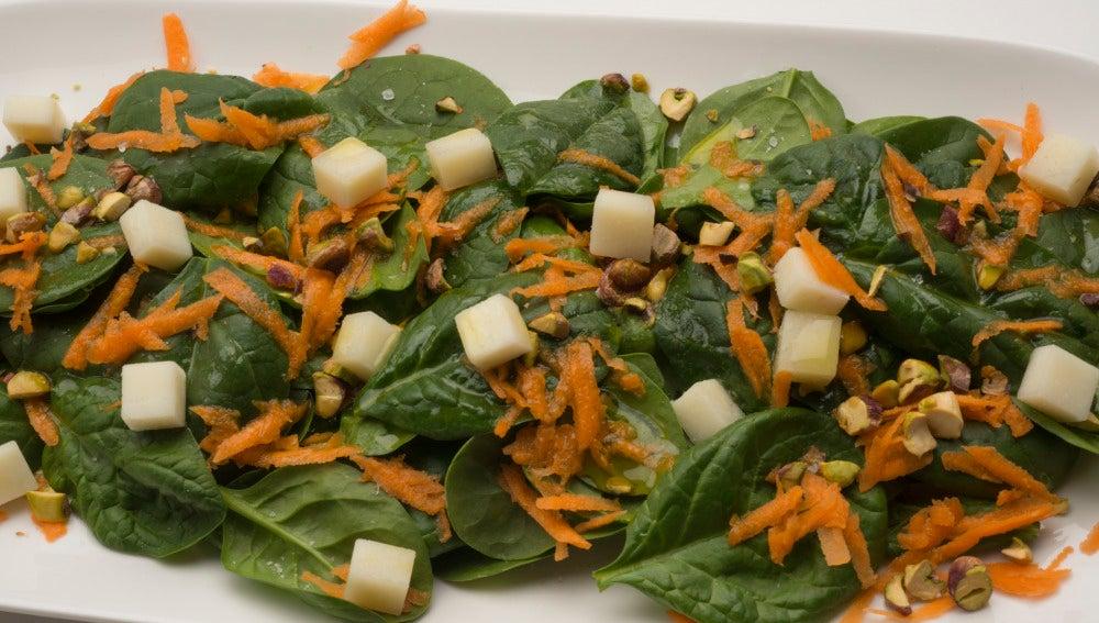 Ensalada verde con zanahoria, queso y pistachos
