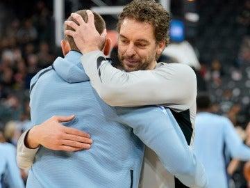 Pau Gasol abraza a Marc en un nuevo duelo entre hermanos en la NBA