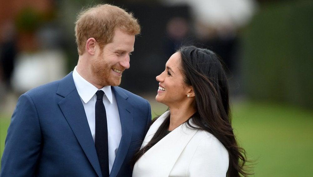 El principe Harry junto con su prometida, la actriz Meghan Markle