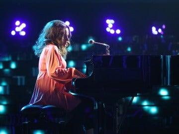 Lucía Jiménez se convierte en una 'Natural Woman' frente al piano como Carole King