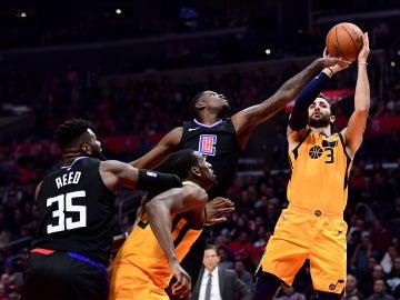 Ricky Rubio lanza a canasta ante los Clippers