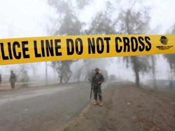 Soldados inspeccionan el lugar donde se ha producido un atentado en Peshawar