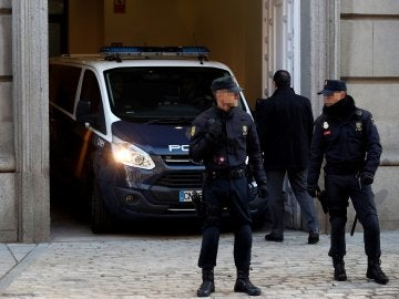 Un furgón policial entra marcha atrás en el Tribunal Supremo