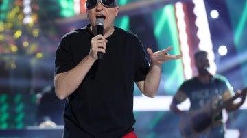 Raúl Pérez se pone las gafas de La Mosca Tsé-Tsé para cantar el éxito noventero 'Para no verte más'