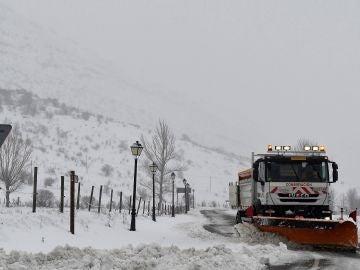 Una máquina quitanieves limpia una de las carreteras de la localidad de Cármenes