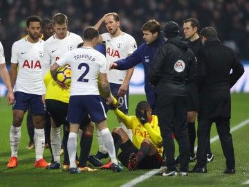 Pochettino intercede en una acción en el partido entre Watford y Tottenham
