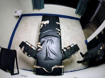 Un guarda de seguridad permanece cerca de una silla de ejecución