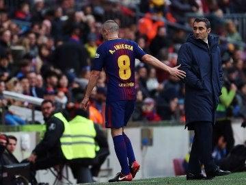 Andrés Iniesta se retira en el partido ante el Celta de Vigo en el Camp Nou