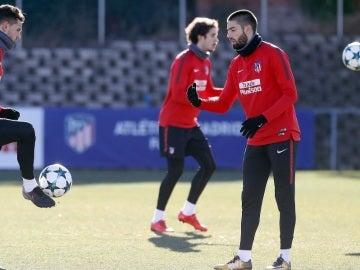 Losa jugadores del Atlético se entrenan antes de la Champions