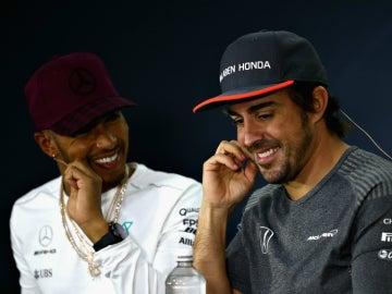 Hamilton ríe con Alonso