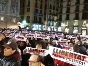 Concentración ante el Ayuntamiento de Barcelona en solidaridad con los políticos aún en prisión
