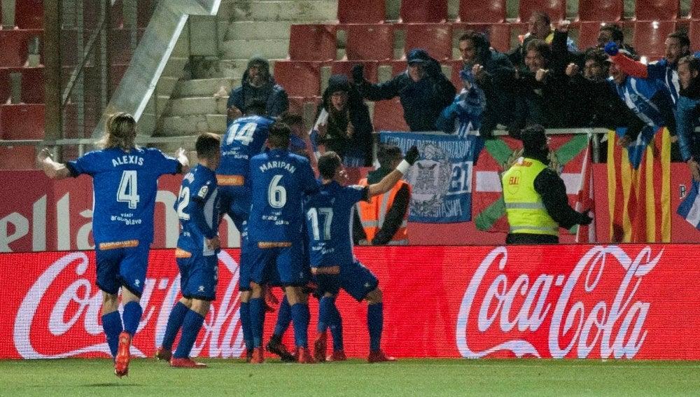 Los jugadores del Alavés celebran la remontada ante el Girona