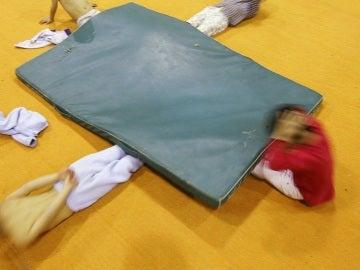Niños haciendo gimnasia en una clase