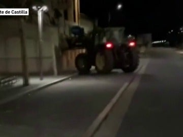 Revienta con un tractor la puerta de un bar, para que no lo cerraran