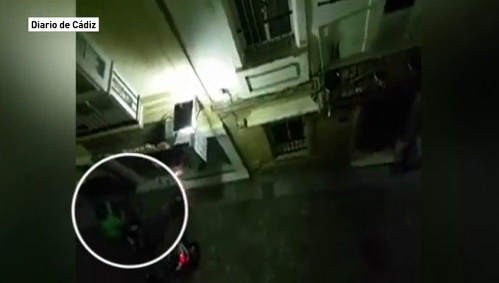 """Atraco """"a patadas"""" en un comercio en Cádiz"""