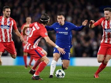 Hazard controla un balón ante Filipe, Koke y Saúl