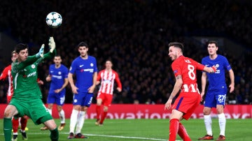 Saúl remata ante Courtois para hacer el 0-1 en Stamford Bridge