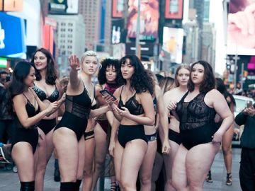 Las modelos posan en Times Square