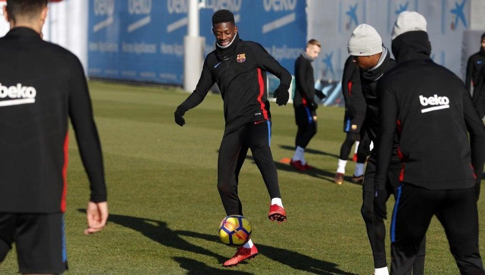Dembélé ya toca balón con sus compañeros en el entrenamiento