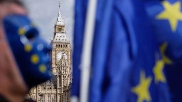 Manifestantes pro-UE agitan banderas y cantan frente al Parlamento Británico