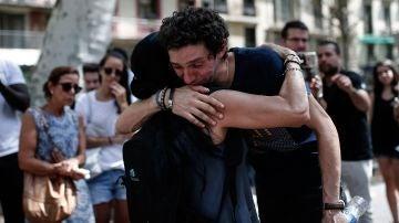 Una mujer abraza al familiar de una de las quince personas que perdieron la vida en el atentado de Las Rambas, en Barcelona