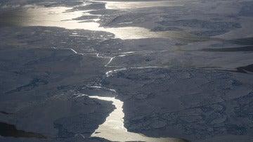 Una aeronave de la NASA sobrevuela la costa noroeste de Groenlandia