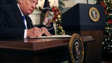 Donald Trump firma el documento mediante el cual el gobierno de Estados Unidos reconoce formalmente a Jerusalén como la capital de Israel