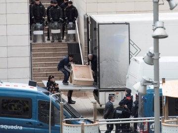 Efectivos policiales trasladan las obras del Museo de Lleida a Sijena