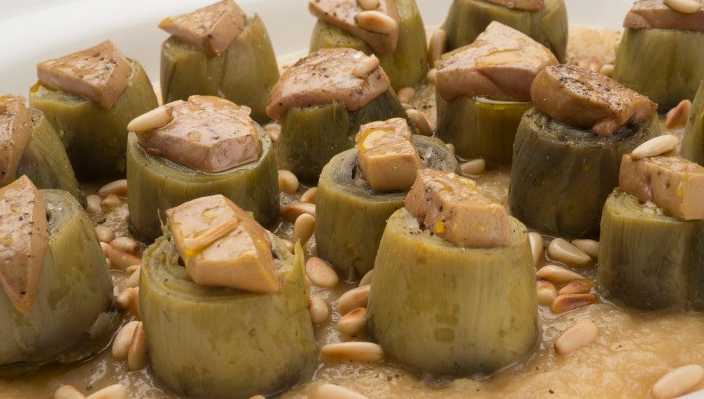 Alcachofas con foie y piñones