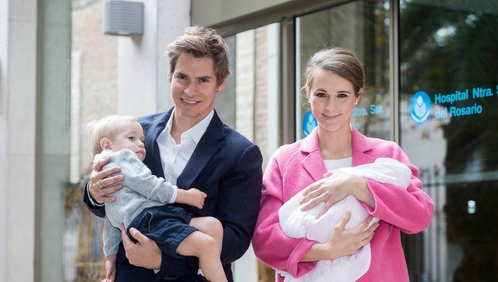 Carlos Baute y Astrid Klisans abandonan el hospital con su hija recién nacida