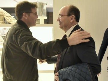 Berizzo saluda a Pepe Castro en la concentración del Sevilla