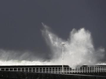 Una gran ola rompe en la playa de la Zurriola de San Sebastián