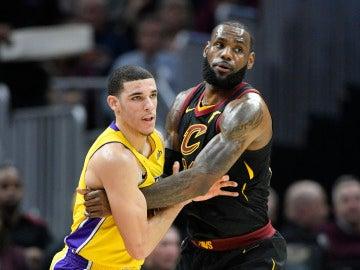 Lonzo Ball y LeBron James, durante el Cavs - Lakers