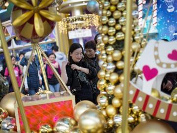 Centro comercial chino decorado con motivos navideños