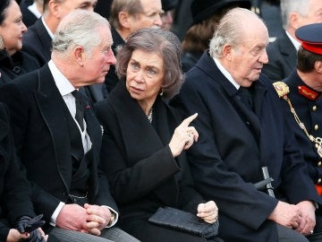 La reina emérita Sofía (c) junto al rey emérito Juan Carlos (d)conversa con el Príncipe Carlos de Inglaterra (i), durante el funeral de Estado del rey Miguel I de Rumanía