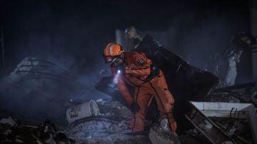 Un trabajador de rescate busca supervivientes entre los escombros de un edificio después del terremoto de magnitud 7.1 que azotó la Ciudad de México