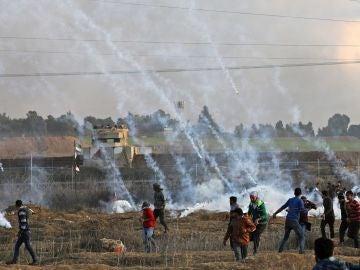 Manifestantes palestinos se enfrentan con las fuerzas de seguridad israelíes en la ciudad de Gaza