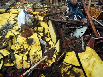 Casa derribada por el terremoto en Indonesia
