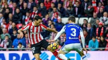 Aduriz intenta controlar el balón ante Llorente