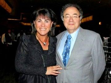 """Hallan muertos en circunstancias """"sospechosas"""" al fundador y la esposa de la farmacéutica más grande de Canadá"""