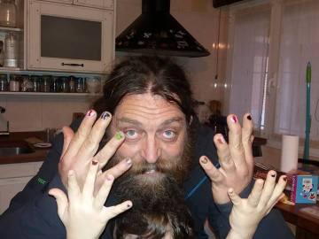 Un padre se pinta las uñas para que su hijo no se avergüence de sus propios gustos