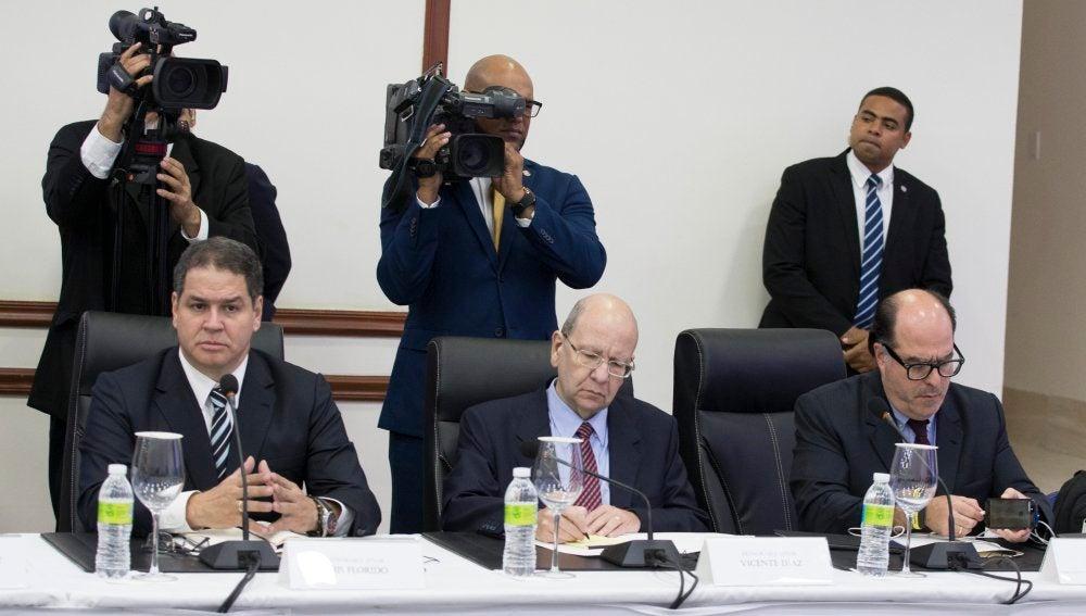 El presidente del Parlamento venezolano, el opositor Julio Borges (d), Luis Florido (i), diputado de la Asamblea Nacional, y el representante de la oposición Vicente Díaz (c) participan en la reunión de representantes del Gobierno y la oposición de Venezuela