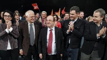 El candidato del PSC a la presidencia de la Generalitat, Miquel Iceta (c), acompañado del secretario general del PSOE, Pedro Sánchez (2d), el expresidente del Gobierno José Luis Rodríguez Zapatero (d), el expresidente del Parlamento Europeo Josep Borrell (2i) y la diputada socialista y número dos por Barcelona Eva Granados