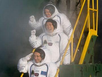 Los tres astronauntas tripulantes de la nave Soyuz que ha despegado rumbo a la Estación Espacial Internacional