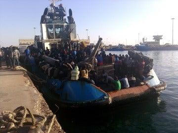 Guardacostas libios trasladan al puerto de Misrata, en el norte del país, a un grupo de personas que fueron interceptadas en aguas libias
