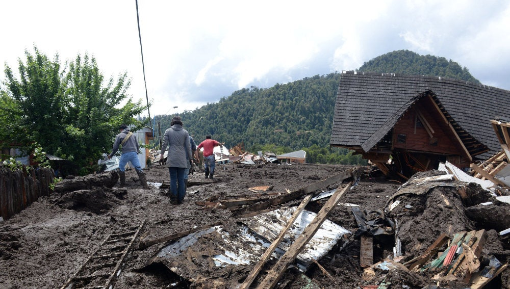 Fotografía cedida por la Intendencia de la Región de Los Lagos que muestra los daños causados por un alud en la localidad de Villa Lucía